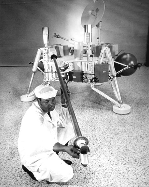 478px-Technician_Checks_Soil_Sampler_on_Viking_Lander_-_GPN-2000-001650