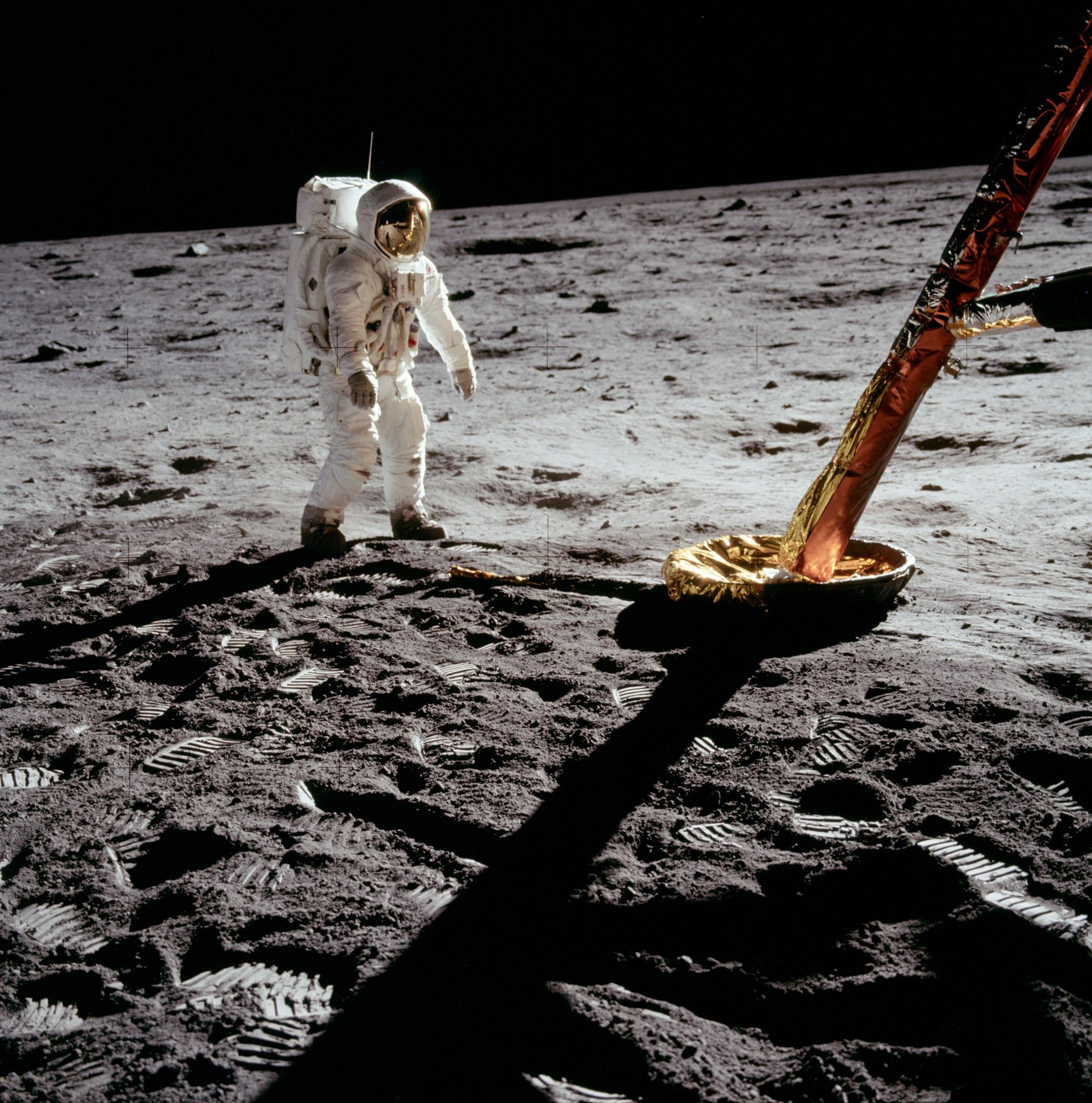 Aldrin_near_Module_leg
