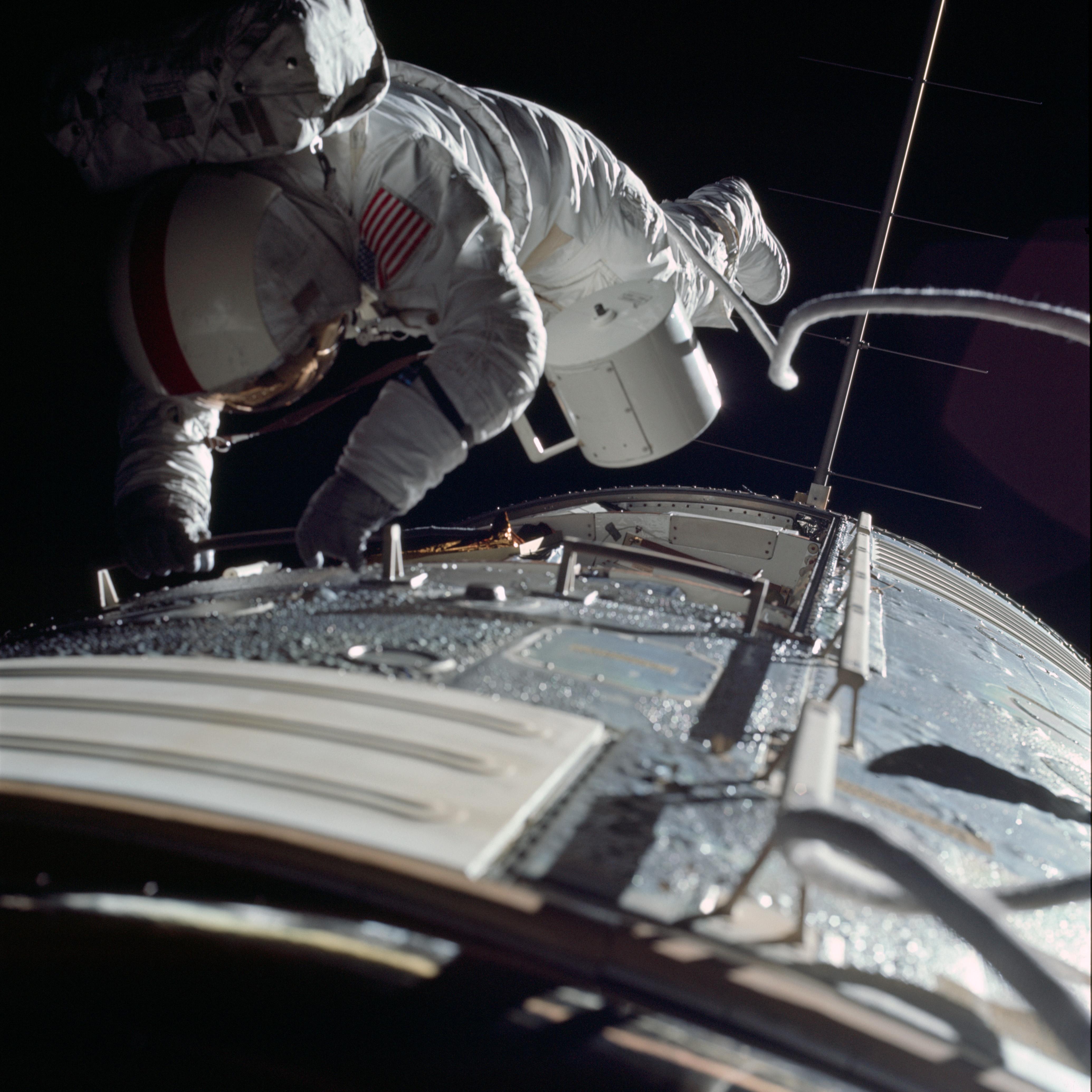 Apollo_17_astronaut_Ronald_E._Evans_performs_an_EVA_to_retrieve_film_cassettes_during_the_trans-Earth_coast